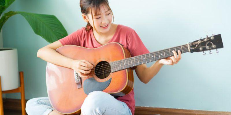 beginner-guitar-player